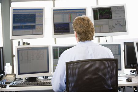 comerciantes: Stock Trader Looking At varios monitores