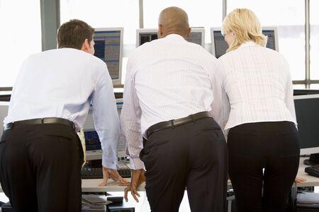 stock traders: Magazzino commercianti visualizzazione a monitor