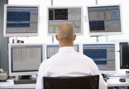 stock traders: Stock Trader guardando il monitor multipli Archivio Fotografico