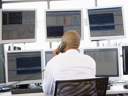stock brokers: Stock Trader en el tel�fono  Foto de archivo