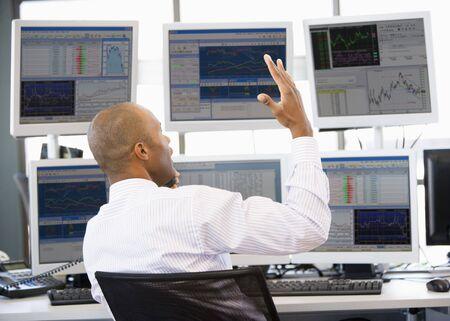 stock traders: Stock Trader animatamente parlando al telefono