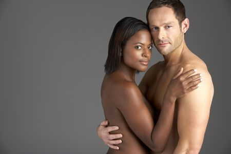 pareja desnuda: Pareja joven abrazada desnuda Foto de archivo