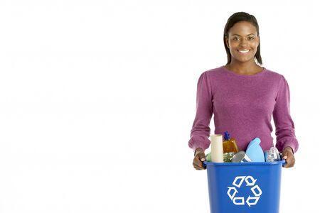 papelera de reciclaje: Mujer llevando Papelera de Reciclaje Foto de archivo