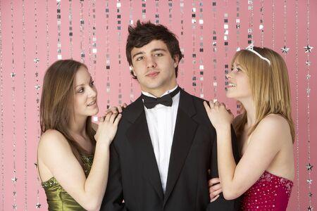 chicas adolescentes: Dos chicas adolescentes Looking At Boy  Foto de archivo