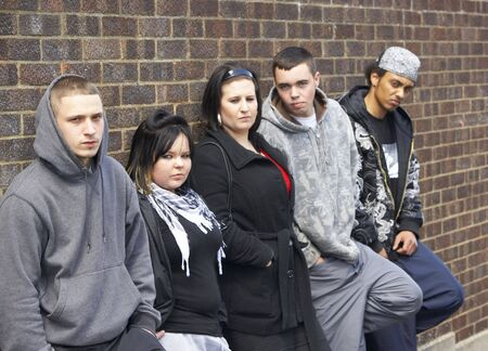 pandilleros: Grupo de j�venes apoyado en Wall Foto de archivo