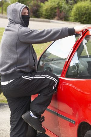car theft: Young Man Breaking en el coche