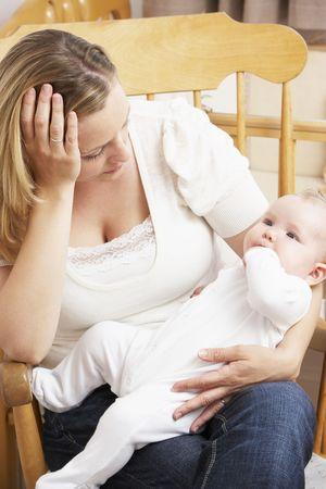 persona deprimida: Preocupado madre con beb� en guarder�a