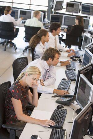 stock traders: Alta Angle View Of Stock commercianti sul lavoro
