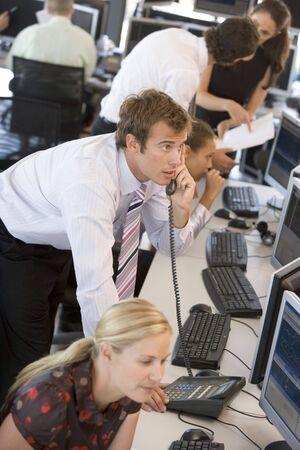 makler: Stock Trader am Telefon