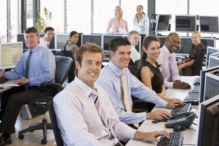 makler: Profil von Busy Stock Traders Office