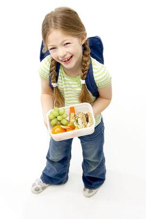 lunchen: Studio portret van Girl Holding Lunchbox Smiling