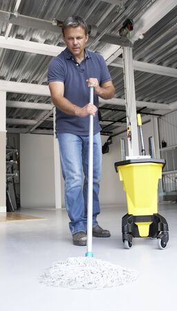 dweilen: Cleaner mopping kantoor verdieping  Stockfoto