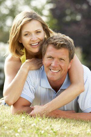 parejas enamoradas: Pareja joven con la diversi�n en el campo