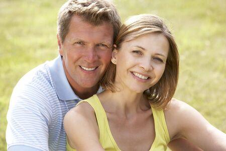 pareja saludable: Pareja de mediana edad se divierten en el campo