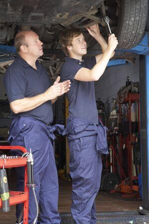 salopette: M�canique et apprenti travaillant sur les voitures