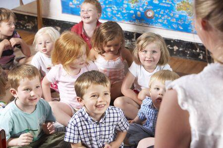 Young Girl Jugar en Montessori / Pre-Escolar
