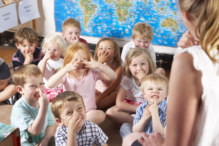 Montessori / Pre-School Class Escuchando al Maestro en la alfombra Foto de archivo - 5633386