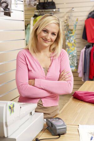 tienda de ropa: Hombre asistente de ventas en ropa de la tienda