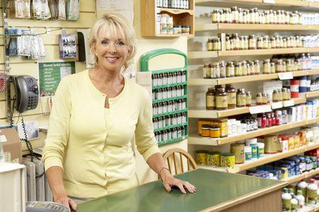 tiendas de comida: Hombre asistente de ventas en la tienda de alimentos saludables Foto de archivo