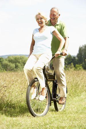riding bike: Coppia matura in bicicletta in campagna
