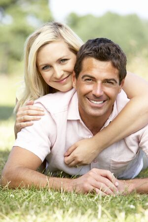 pareja saludable: Pareja joven con la diversi�n en el campo