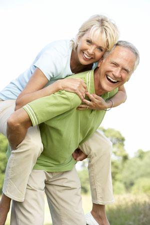 pareja saludable: Diversi�n Pareja mayor que en el campo