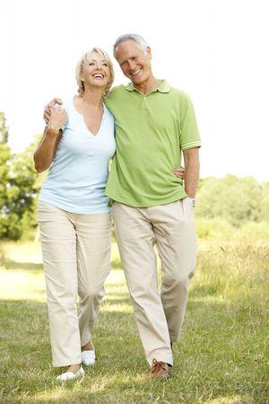parejas caminando: Pareja joven caminando en el campo