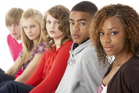 Retrato de estudio de cinco amigos adolescentes permanente en línea