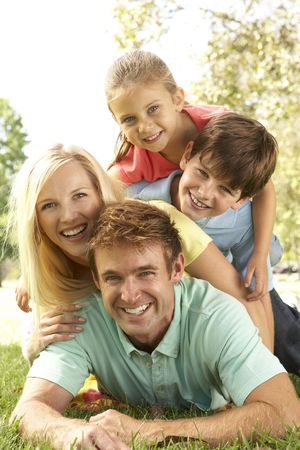 familia en jardin: Grupo de familia tener diversi�n en el Parque Foto de archivo