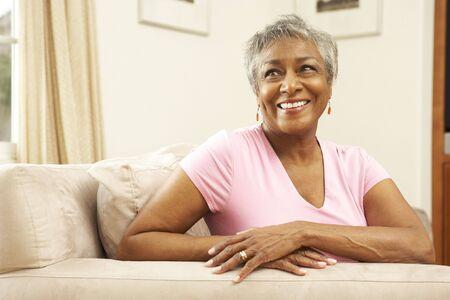mujeres pensando: Mujer Senior relajante en Presidente en el hogar