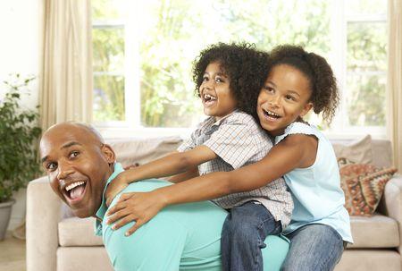 ni�as jugando: Padre jugando con los ni�os en el hogar