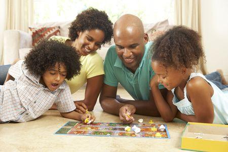 famille africaine: Jouer au jeu � la maison de famille  Banque d'images