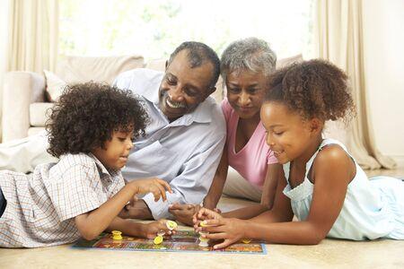 brettspiel: Gro�eltern spielen Brettspiele At Home With Grandchildren