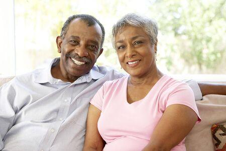 couple afro americain: Couple Senior relaxante � domicile ensemble