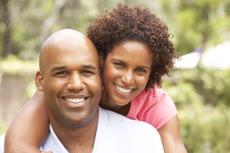 couple afro americain: Jeune Couple de d�tente dans le jardin