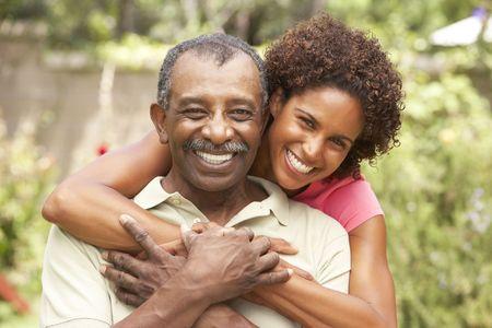 adultos: Hombre Senior abrazando la hija adulta Foto de archivo