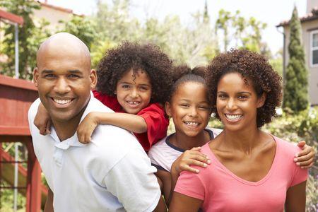 famille africaine: Portrait de famille Happy en jardin