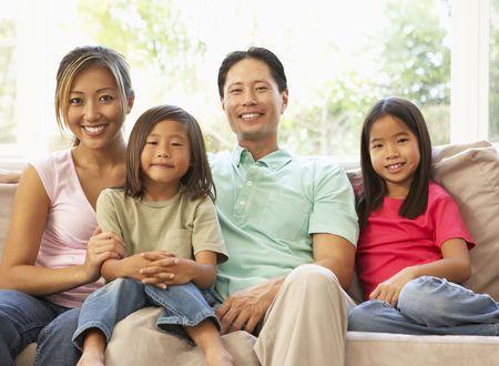 asia family: Relaxing en el sof� en casa de familia joven