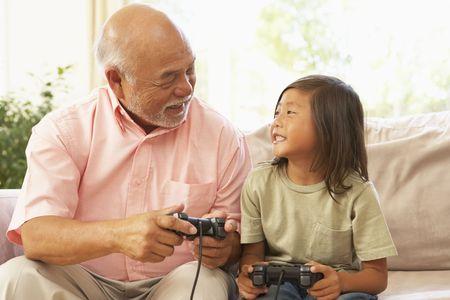 grandfather: Abuelo y nieta de jugar el juego de PC A domicilio
