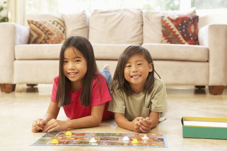 brettspiel: Zwei Girls spielen Brettspiele zu Hause