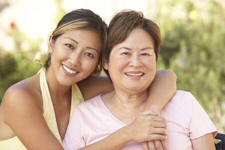 mama e hija: Mujer senior con hija adulta en jard�n Together