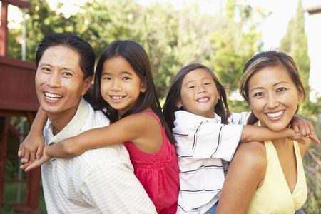 familia jugando: Familia joven tocar juntos en jard�n