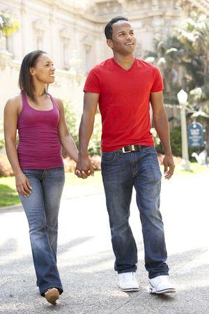 parejas caminando: Joven pareja caminando por la calle de la ciudad