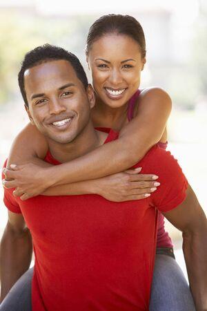 couple afro americain: Jeune homme fournissant femme Piggyback plein air