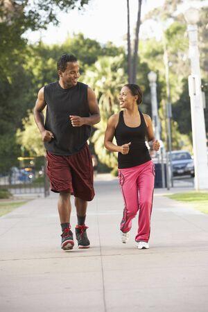hacer footing: Pareja joven footing en la calle