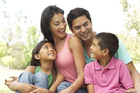familia en jardin: Retrato de joven familia en el Parque