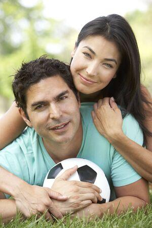playing football: Pareja en el parque con f�tbol