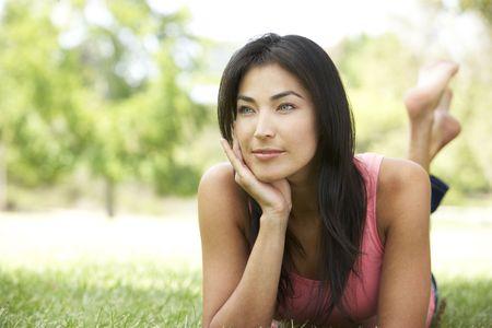 stoma: Ritratto di giovane donna In Park