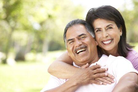pareja en casa: Retrato de pareja Senior en el Parque
