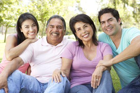 公園での成人の子供と祖父母